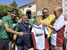 Jugadores, equipo técnico y cuerpo directivo del Al Khaleej, equipo de Primera División de la Liga de fútbol de Arabia Saudí, entregan material deportivo al equipo de fútbol del Centro Sociosanitario Hermanas Hospitalarias de Palencia. EFE