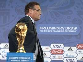 El secretario general de la FIFA, Jerome Valcke, pasa junto a la Copa del Mundo expuesta en el centro para los medios en San Petersburgo (Rusia). EFE
