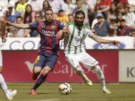 El defensa del FC Barcelona Jordi Alba (i) disputa un balón con el defensa Jose Ángel Crespo (d), del Córdoba. EFE/Archivo