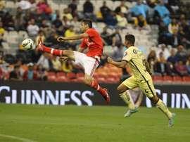 Alan Pimentel (d), del América de México, fue registrado este martes al diputar un balón con Jonas Concalves (i), del Benfica de Portugal, durante un partido de la Copa Internacional de Campeones, en el Estadio Azteca de la capital mexicana. EFE