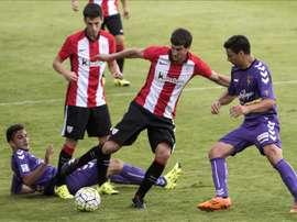 El jugador del Athletic de Bilbao Mikel San José (2-d) pelea un balón con un jugador del Valladolid, durante el partido amistoso disputado el pasado 25 de julio en el campo de Las Llanas, en Sestao. EFE/Archivo