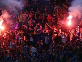 Hinchas de Universidad de Chile encienden bengalas durante un partido de la Copa Libertadores. EFE/Archivo