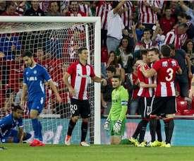 Los jugadores del Athletic de Bilbao celebran uno de los goles ante el Inter Bakú de Azerbayán, durante el partido de ida de la tercera ronda de la Liga Europa disputado ayer en el estadio de San Mamés, en Bilbao. EFE