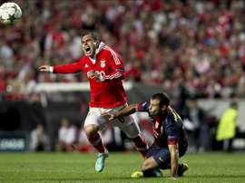 Bruno Cesar (i) lucha con Javier Mascherano en un partido de la Liga de Campeones durante su etapa en el Benfica. EFE/Archivo