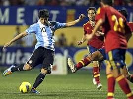 El jugador de la selección argentina sub-20, Alan Nahuel Ruiz (i), dispara ante varios jugadores de la selección española sub-20, durante la final del Trofeo COTIF en 2012 en la localidad valenciana de lAlcudia. EFE/Archivo