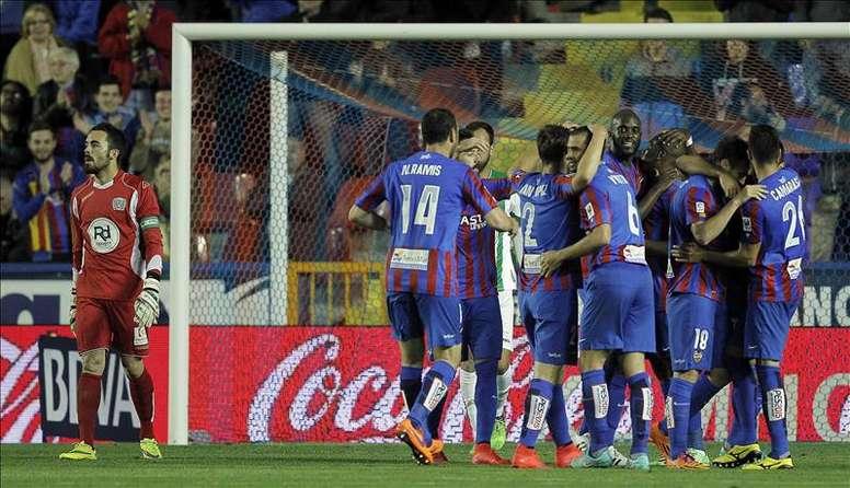 Los jugadores del Levante celebran el primer gol del equipo levantinista, durante el encuentro correspondiente a la jornada 34 de primera división, que disputan frente al Córdoba en el estadio de Ciutat de Valencia. EFE/Archivo