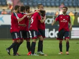Los jugadores de Osasuna celebran el segundo gol marcado por Javi Martínez (3-d) ante el Athletic de Bilbao, durante el partido amistoso que ambos equipos han disputado esta tarde en el estadio de El Sadar, en Pamplona. EFE