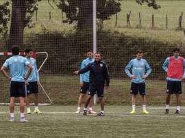 El entrendador del Athletic de Bilbao, Ernesto Valverde (c), da instrucciones a los jugadores durante un entrenamiento hoy en Lezama. EFE