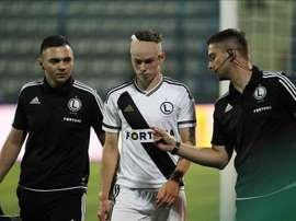 Ondrej Duda (c) del Legia Varsovia abandona el campo de juego por una lesión en el partido ante el FK Kukesi el pasado 30 de julio, durante un partido clasificatorio de la Liga Europa de la UEFA en Tirana (Albania). El juego fue suspendido por disturbios a los 51 minutos. EFE/Archivo