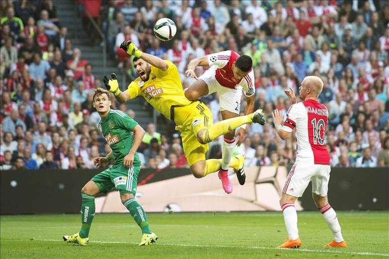 Anwar El Ghazi (2d) del Ajax ante Jan Novota (2i) del Rapid hoy, martes 4 de agosto de 2015, durante un partido clasificatorio a la Liga de Campeones de la UEFA en el estadio Arena de Amsterdam (Holanda). EFE