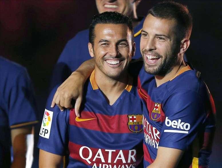 Los jugadores del FC Barcelona, Pedro (i) y Jordi Alba, durante la presentación del equipo blaugrana antes del inicio del encuentro correspondiente al trofeo Joan Gamper, que disputaron este miércoles frente a la Roma en el estadio del Camp Nou. EFE