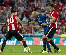 El jugador del Inter Bakú Khizanishvili (c) trata de escapar entre Aduriz (i) y Elustondo, del Athletic de Bilbao. EFE/Archivo