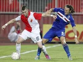 Bojan Nastic (i) del Vojvodina ante Edgar Barreto (d) de la Sampdoria hoy, jueves 6 de agosto de 2015, durante un partido clasificatorio a la Liga Europa en el Novi Sad (Serbia). EFE