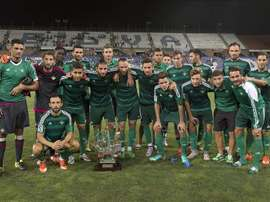 Los jugadores del Betis posan con la Carabela a la finalización del encuentro que disputaron este viernes frente al Recreativo de Huelva en el estadio Nuevo Colombino, tras vencer por 2-1 al equipo onubense. EFE
