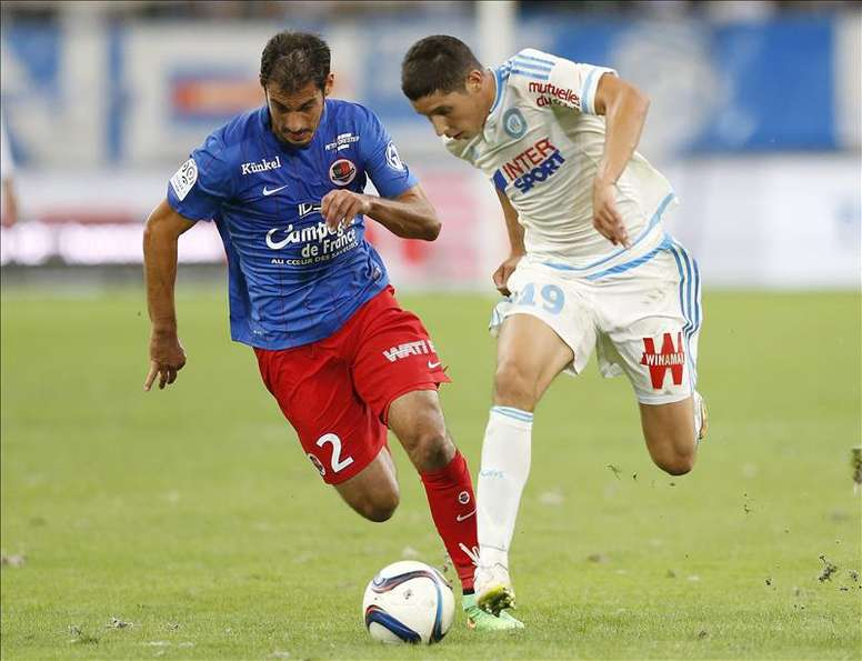 Abdelaziz Barrada del Olympique de Marsella compite por el balón con Nicolas Seube de Caen  durante el partido de la liga de fútbol disputado hoy entre el Olympique de Marsella y el SM Caen, en el estadio Velodrome  de Marsella (Francia). EFE