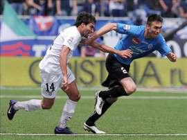 El jugador del Novara Calcio, Andrea Caracciolo (d), lucha por el balón con el defensa español Javier Garrido. EFE/Archivo