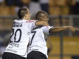 Este miércoles, el Corinthians sufrió para ganarle por 4-3 al Sport y asumió la punta del Campeonato Brasileño de fútbol. En la imagen un registro de una de las celebraciones del Corinthians brasileño. EFE/Archivo