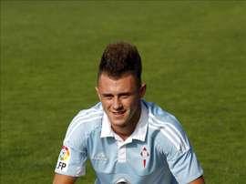 El futbolista serbio Dejan Drazic posa con el balón, durante su presentación. EFE