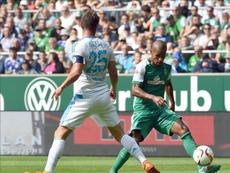 El jugador del Werder, Theodor Gebre Selassie (i), compite por el balón con el jugador del Schalke Klaas-Jan Huntelaar. EFE