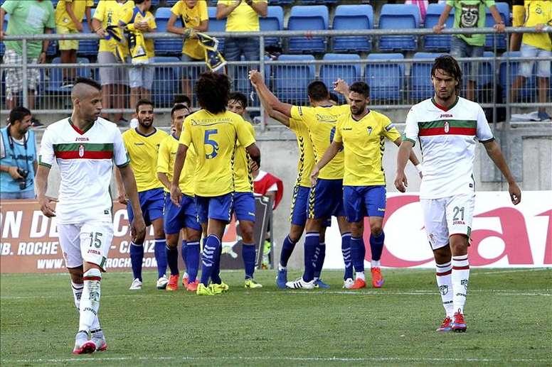 Los jugadores del Cádiz celebran su primer gol durante el partido de consolación por el tercer y cuarto puesto de la 61 edición del Trofeo Ramón de Carranza, que disputaron esta tarde contra el Granada en Cádiz. EFE