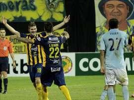 Federico Ortiz (i), del Sportivo Luqueño de Paraguay, fue registrado este miércoles al celebrar un gol anotado al Aurora de Bolivia, durante el partido de vuelta de esta llave de primera fase de la Copa Sudamericana, en Asunción (Paraguay). EFE