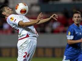 El delantero rumano del Sevilla FC, Raúl Rusescu (i), controla el balón durante un partido. EFE/Archivo