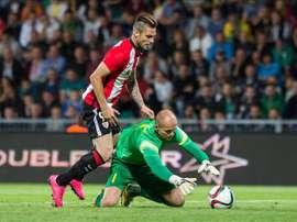 El jugador del Athletic Club de Bilbao Kike Sola (i) en acción ante Milos Volesak (d) del MSK Zilina, hoy, jueves 20 de agosto del 2015, durante el partido de ida de la fase previa de la Liga Europa disputado en Zilina, Eslovaquia. EFE