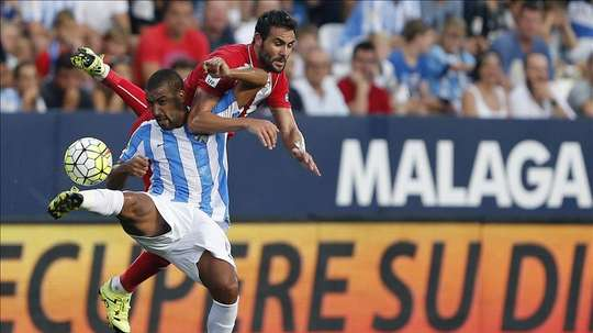 El centrocampista argentino del Málaga CF Fernando Damián Tissone (i) controla el balón ante Vicente Iborra, centrocampista del Sevilla FC, durante el partido de la primera jornada de la Liga de Primera División que ambos equipos disputan esta tarde en el estadio de La Rosaleda, en Málaga. EFE