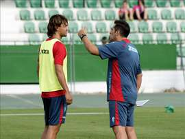 El nuevo fichaje del Granada CF, Rene Krhin, junto a su entrenador, Sandoval (d). EFE/Archivo