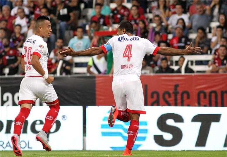 Paulo Da Silva, del Toluca, fue registrado al festejar con su compañero Fernando Uribe una anotación marcada al Atlas, durante un partido de la jornada 6 del Torneo Apertura del fútbol en México, en el estadio Jalisco de la Ciudad de Guadalajara. EFE