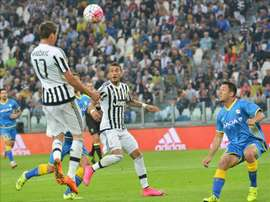 El delantero del Juventus Maro Mandzukic (i) en acción durante el partido de la Serie A que han jugado Juventus y Udinese en el Juventus stadium in Turin, Italia. EFE/EPA