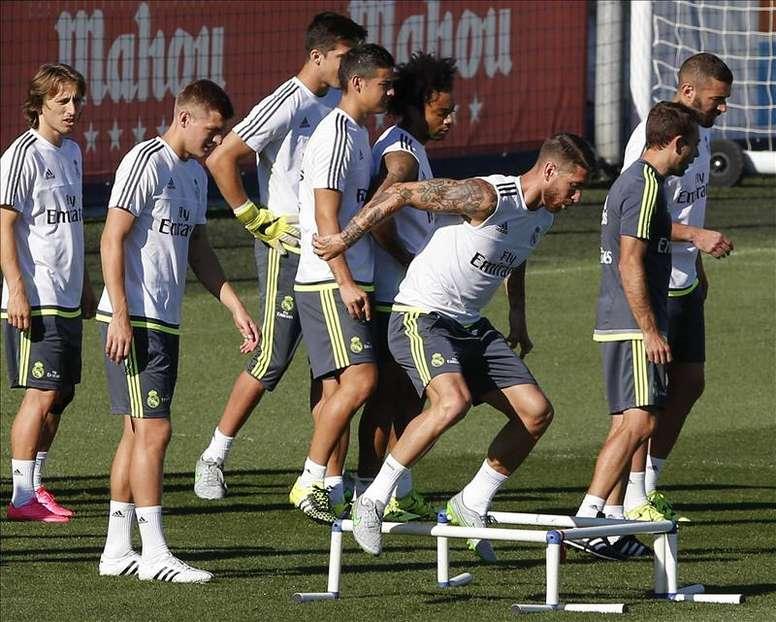 Los jugadores del Real Madrid, Luka Modric (i), Toni Kroos (2i), Marcelo (4d) y Sergio Ramos (3d), entre otros, durante el entrenamiento del equipo hoy, de cara al partido de Liga que disputan frente al Betis mañana, sábado, en el estadio Santiago Bernabéu. EFE