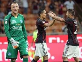 El delantero del Milan Carlos Bacca (c) celebra uno de los goles de equipo junto a Antonio Nocerino en el partido que han jugado AC Milan y Empoli FC en el Giuseppe Meazza de Milán, Italia. EFE/EPA