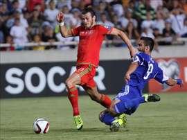 El jugador Gareth Bale (i) de Gales disputa el balón con Kostas Laifis (d) de Chipre hoy, jueves 3 de septiembre de 2015, en el partido del Grupo B para la clasificación a la Euro 2016 de la UEFA en el Estadio GSP Stadium, Nicosia (Chipre). EFE