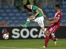 Joseph Chipolina (d), de Gibraltar, lucha por el balón con Robbie Keane, de Irlanda. EFE
