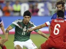 El mexicano Alan Pulido (i) controla el balón en un amistoso de la selección mexicana. EFE/archvio