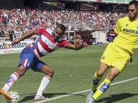 El delantero marroquí del Granada CF Youssef El-Arabi (i) con el balón ante el defensa del Villarreal Víctor Ruiz, durante el partido de la tercera jornada de liga de Primera División, disputado hoy en el estadio de Los Cármenes de Granada. EFE
