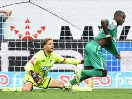 El jugador del Werder Bremen Anthony Ujah (d) celebra el gol del triunfo ante el portero del Hoffenheim Oliver Baumann en el Rhein-Neckar arena, en Sinsheim, Alemania. EFE/EPA