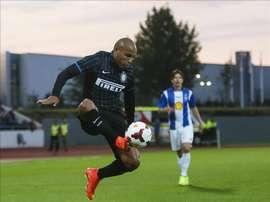 El jugador de Inter de Milán Jonathan (i) controla un balón. EFE/Archivo