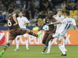 Ruben Neves (i) del Porto disputa el balón contra Junior Moraes (d) del Dynamo durante un partido del grupo G del torneo UEFA Champions Leage en el estadio Olympiyskiy en Kiev (Ucrania). EFE