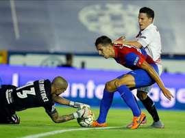 El guardameta del Levante, Rubén (i), captura el balón ante su compañero, Ángel Trujillo (c), y el delantero francés del Sevilla, Kevin Gameiro, durante un partido. EFE/Archivo