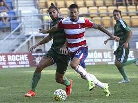 El jugador bético Piccini (i) disputa un balón con el jugador del Granada Edgar en un partido. EFE/Archivo