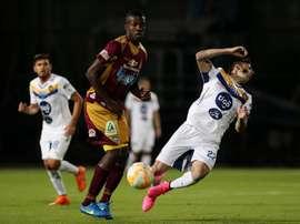 Julián Quiñoez (i) del Tolima disputa el balón contra Guido Di Vanni (d), este 22 de septiembre, durante un partido por octavos de final de la Copa Sudamericana en el Estadio Metropolitano de Techo en Bogotá (Colombia). EFE