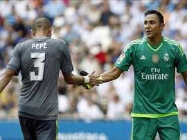 El portero del Real Madrid, Keylor Navas (d) junto al defensa Pepe. EFEA/Archivo
