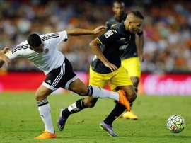El defensa del Valencia, Rubén Miguel Nunes Vezo (i) disputa un balón con el delantero del Granada, Youssef El Arabi (d), durante el encuentro correspondiente a la sexta jornada de primera división, disputado anoche en el estadio de Mestalla, Valencia. EFE