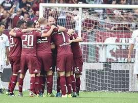 El centrocampista del Torino FC Marco Benassi celebra con sus compañeros el 2-0 logrado ante el  US Palermo en el estadio Olímpico de Turín, Italia. EFE/EPA