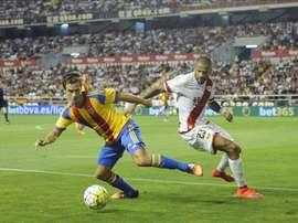 El defensa del Valencia busca una salida. EFE