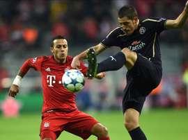 El jugador de Munich Thiago (i) disputa un balón con Arijan Ademi de Zagreb durante un partido de la Liga de Campeones UEFA realizado en Allianz Arena en Munich (Alemania). EFE
