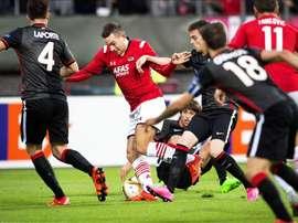 El jugador del AZ Alkmaar Vincent Janssen (c) pelea por el control del balón con el jugador del Athletic Club Aymaric Laporte (izda), durante el partido del grupo L de la Liga Europa disputado en Alkmaar, Holanda. EFE