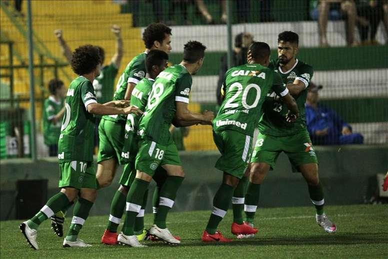 Chapecoense impuso la lógica y venció por 3-1 a Cuiabá. EFE
